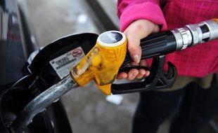 Automobiliste remplissant son réservoir de diesel à la pompe