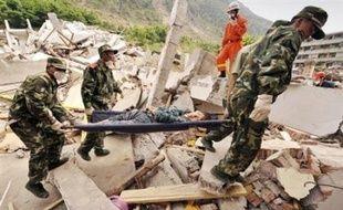 Malgré une formidable mobilisation nationale, l'espoir de retrouver de nombreux survivants du séisme en Chine a brutalement disparu jeudi avec une estimation officielle d'au moins 50.000 morts.