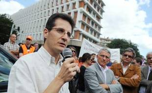 Alain Refalo, professeur «désobéisseur» et initiateur du «Mouvement des enseignants en résistance pédagogique», prononce un discours devant quelque 500 professeurs et parents d'élèves venus le soutenir, le 9 juillet 2009 devant le siège de l'inspection académique de Haute-Garonne à Toulouse.