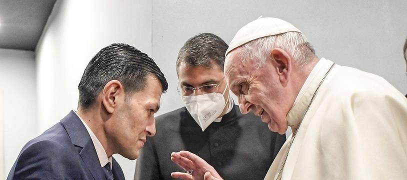 Le pape François lors de sa rencontre avec Abdullah Kurdi père d'Aylan Kurdi symbole de la crise des migrants, à Erbil le 7 mars 2021.