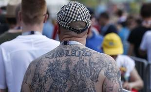 Un fan anglais fait la queue au stade avant Angleterre-Panama