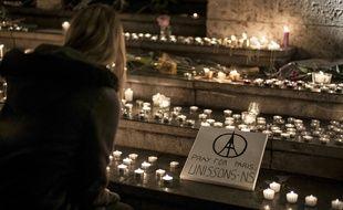 Le 14 novembre 2015, à Lyon, place des Terreaux. De nombreux Lyonnais se sont succédé dans le centre de Lyon pour venir déposer une bougie en hommage aux victimes des attentats de Paris. on town hall. At least 129 people were killed in the Paris attacks on the evening of November 13, with 180 people injured, 80 of them seriously, police sources told on November 14, 2015 in Paris. Islamic State jihadists claimed a series of coordinated attacks by gunmen and suicide bombers in Paris that killed at least 128 people in scenes of carnage at a concert hall, restaurants and the national stadium. AFP PHOTO / JEFF PACHOUD