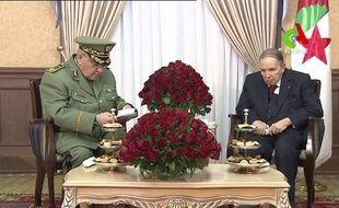 Le président algérien Abdelaziz Bouteflika, aux côtés du chef d'état-major d el'armée algérienne Ahmed Gaïd Salah.