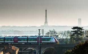 Un train Transilien, à Puteaux (Hauts-de-Seine)