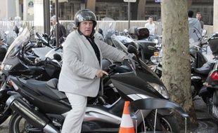 L'acteur Gérard Depardieu est sorti jeudi soir d'un commissariat parisien où il avait été conduit après être tombé de son scooter alors qu'il était en état d'ébriété, a-t-on appris de sources concordantes.