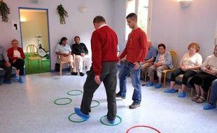 Une séance de gymnastique pour les malades atteints de Parkinson à Ussat les Bains.