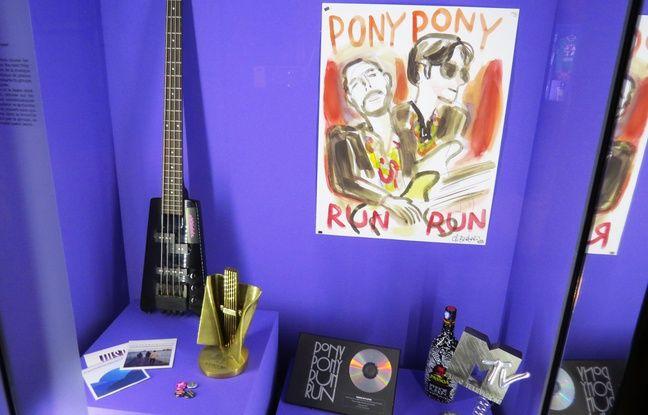 La basse et les trophées du groupe Pony Pony Run Run