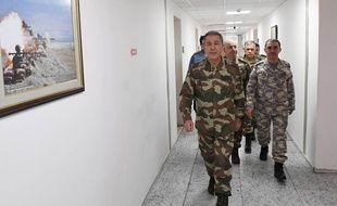 Photo diffusée par l'armée turque montrant le chef des forces armées juste avant un briefing sur les opérations menées contre une milice kurde en Syrie.
