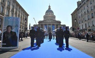 Le cortège portant les cercueils de Simone et d'Antoine Veil arrive au Panthéon.