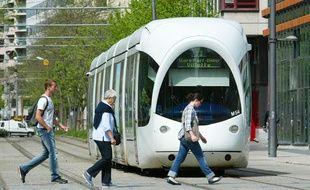 """La pratique du """"tram-surfing"""", interdite, provoque des accidents mortels."""