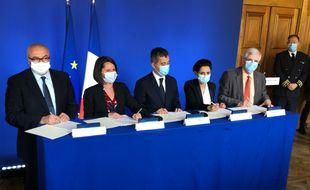Signature du contrat de sécurité intégrée jeudi après-midi en mairie de Nantes en présence du ministre de l'Intérieur (au centreà.