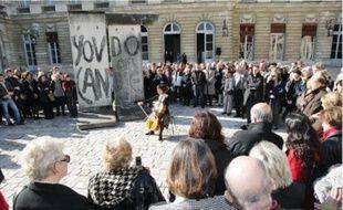 Revivre la chute du mur de Berlin. Hier midi, les Bordelais ont pu découvrir, dans la cour de l'hôtel de ville, deux pans  de mur authentiques, prêtés par un collectionneur. Une conférence, des témoignages et un solo de violoncelle ont ponctué  cette cérémonie du souvenir, organisée par la mairie pour le vingtième anniversaire de la chute du mur (lire aussi p. 12).