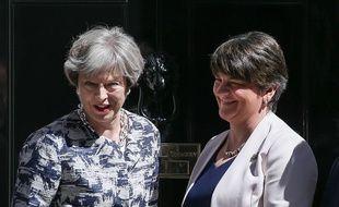 La Première ministre Theresa May (à gauche) pose avec Arlene Foster la leader du PUD devant Downing Street lundi 26 juin, jour de l'accord entre les deux partis.
