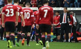 Les joueurs de Manchester United sortent de la pelouse de Swansea sous le regard de Louis Van Gaal, le 30 août 2015.