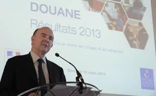 Le ministre de l'Économie Pierre Moscovici présente les résultats 2013 des douanes, à Paris le 12 mars 2014