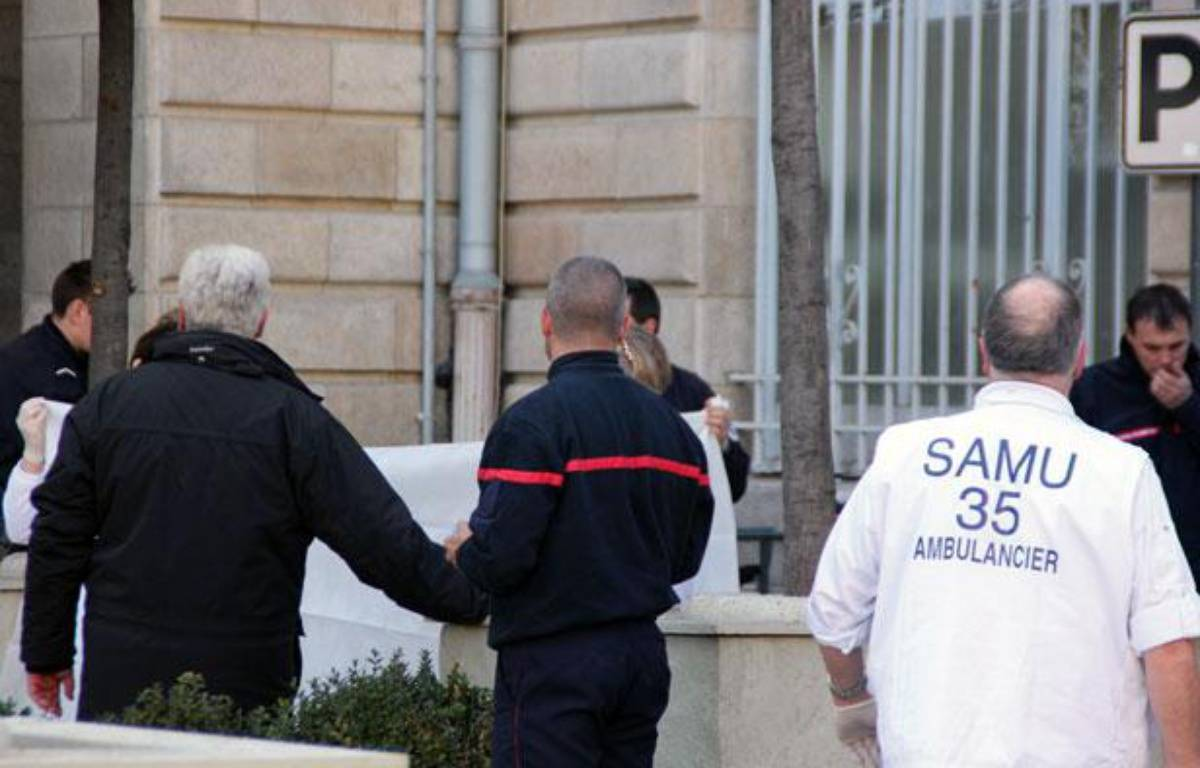 Les secours emportent le corps d'un cadre de La Poste après sa défenestration, à Rennes (Ille-et-Vilaine), le 29 février 2012. – CAMILLE ALLAIN / APEI / 20 MINUTES