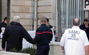 Les secours emportent le corps d'un cadre de La Poste après sa défenestration, à Rennes (Ille-et-Vilaine), le 29 février 2012.