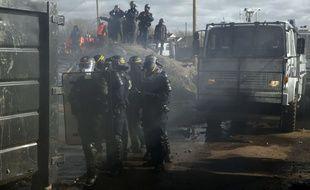Intervention des CRS dans le campement de migrants à Calais, le 29 février 2016.