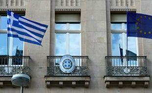 Des drapeaux grec (à g) et européen sur la façade de l'ambassade de Grèce à Berlin, le 29 juin 2015
