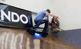 Capture d'écran de la vidéo du test de l'hoverboard par Tony Hawk.