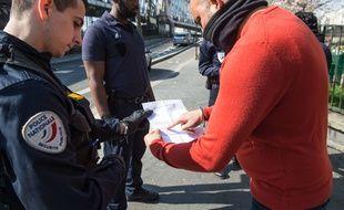 La police contrôle l'attestation de sortie d'un homme (photo d'illustration)
