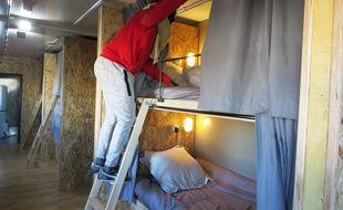 Ahmed, jeune migrant, dans l'une des couchettes du camion.