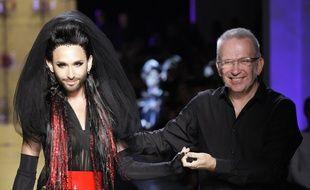 La chanteuse lauréate de l'Eurovison Conchita Wurst, était l'égérie du défilé du styliste français Jean Paul Gaultier à la Fashion Week de Paris le 9 juillet 2014.