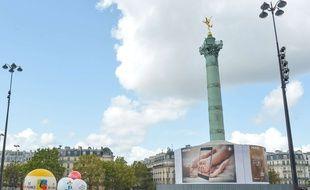 Des publicités couvrent le socle de la colonne de Juillet, place de la Bastille à Paris. Une association vient de porter plainte pour « profanation de sépulture » car la colonne recèle les caveaux des révolutionnaires de 1830 et 1848.  (Illustration)
