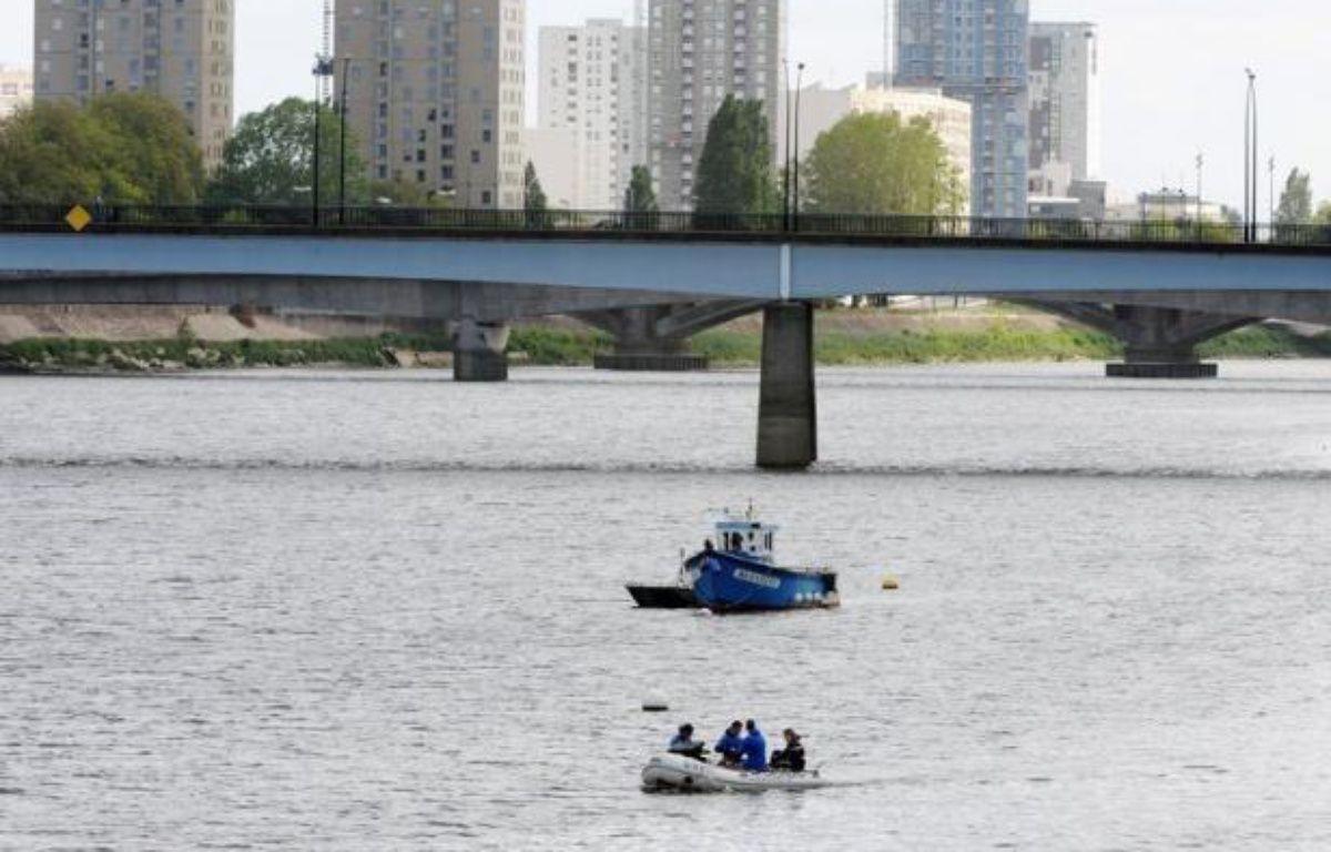 Le corps retrouvé mercredi après-midi par des promeneurs au bord de la Loire à Bouguenais, près de Nantes, est bien celui du mineur de 13 ans recherché depuis le 14 mai après avoir échappé à la police en se jetant dans la Loire, a confirmé jeudi le parquet de Nantes. – Jean-Francois Monier afp.com