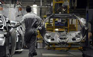 Un ouvrier sur une chaîne de montage dans une usine automobile le 18 mars 2009 à Montbeliard