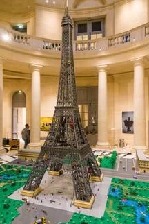 Une tour Eiffel de de 5,20 m de haut se dresse à Versailles. Elle a été construite à l'occasion de l'expo Lego «Ciné en briques». L'œuvre a nécessité 150.000 pièces et 6 heures de montage.