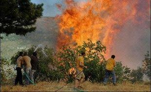 Le bilan de deux violents incendies qui ravagent le Péloponnèse, dans le sud de la Grèce, s'est alourdi samedi à 41 morts, alors que pompiers et soldats ratissaient la zone à la recherche d'autres victimes.