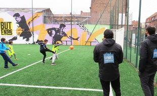 Une séance de football pilotée par les encadrants de l'association Sport dans la ville, à Roubaix.