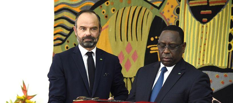 Edouard Philippe a remis à Macky Sall un sabre historique du Sénégal.