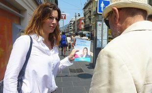 La candidate En marche ! Caroline Reverso-Meinietti tracte à Nice.