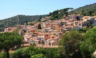 À l'orée de la forêt du Dom, la vaste commune des Maures sourit d'une situation privilégiée, entre collines et rivages.