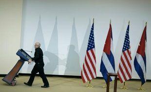Un homme retire un pupitre après le discours de responsables cubains et américains, le 27 février 2015 à Washington