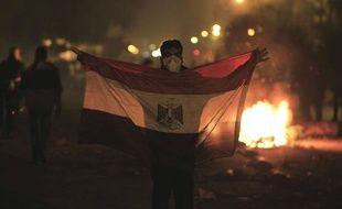 Un manifestant tient un drapeau égyptien lors d'émeutes au Caire (Egypte), le 2 février 2012.