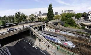 Un train TGV sort d'un tunnel quartier Baco à Nantes.
