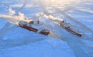 Un pétrolier russe fait route vers la ville de Nome, sur la côte ouest de l'Alaska, pour ravitailler en fioul ses 3.500 habitants, prisonniers des glaces et éloignés de toutes infrastructures routières.