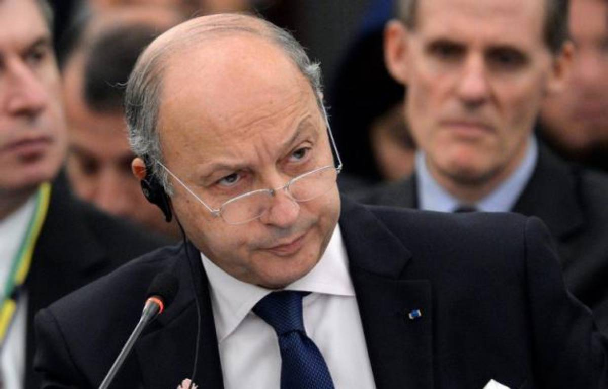 Le ministre français des Affaires étrangères Laurent Fabius a déclaré dimanche à son arrivée à Alger, pour sa première visite dans un pays arabe, souhaiter un nouvel élan dans les relations algéro-française basé sur la proximité, l'objectivité et l'amitié. – Franck Robichon afp.com