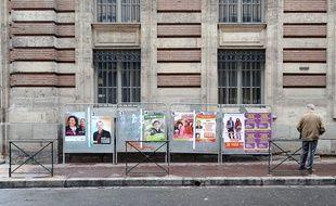 Des panneaux électoraux à Toulouse, le 15 mars 2011.