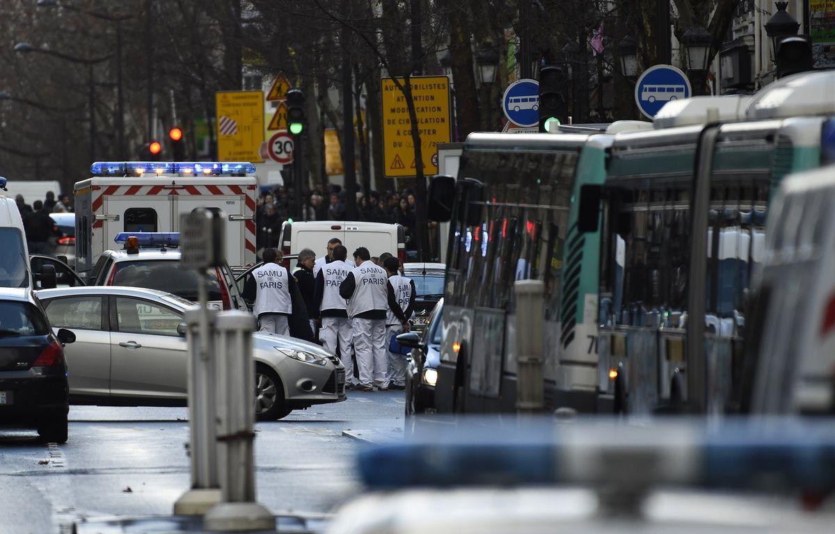 Le Samu intervient boulevard de Barbès à Paris le jeudi 7 janvier 2016 après qu'un homme a été abattu à l'entrée du commissariat de la rue de la Goutte d'Or. – LIONEL BONAVENTURE/AFP