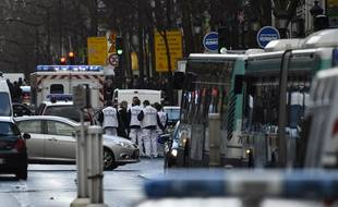Le Samu intervient boulevard de Barbès à Paris le jeudi 7 janvier 2016 après qu'un homme a été abattu à l'entrée du commissariat de la rue de la Goutte d'Or.