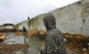 """""""Nous ne savons pas à quoi nous attendre"""", grimace Telly: la tension est vive à Boukhalef, quartier de Tanger, dans le nord du Maroc, où un clandestin camerounais est mort en chutant d'un immeuble, dans un climat d'hostilité croissante à l'égard des migrants."""