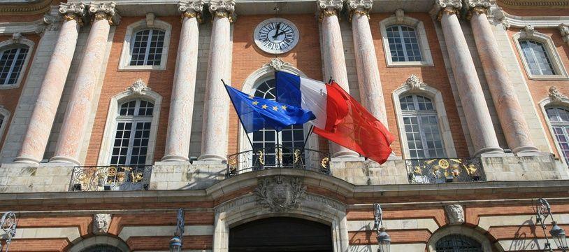 La façade de l'Hotel de ville de Toulouse, place du Capitole.