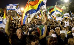 Des milliers de membres de la minorité druze israélienne et leurs partisans juifs, manifestent sur la place centrale de Tel Aviv samedi 4 août contre la nouvelle loi qui définit Israël comme