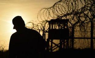 Un soldat américain marche le long de barbelés à Guantanamo, le 9 avril 2014.