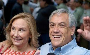 Le candidat chilien à la présidence Sebastian Pinera, aux côtés de son épouse, après le premier tour, dimanche 13 décembre 2009