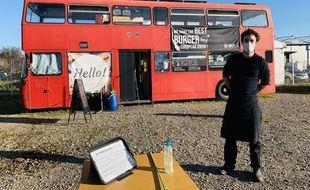 Thibaut Frankel devant son bus impérial au Haillan près de Bordeaux.